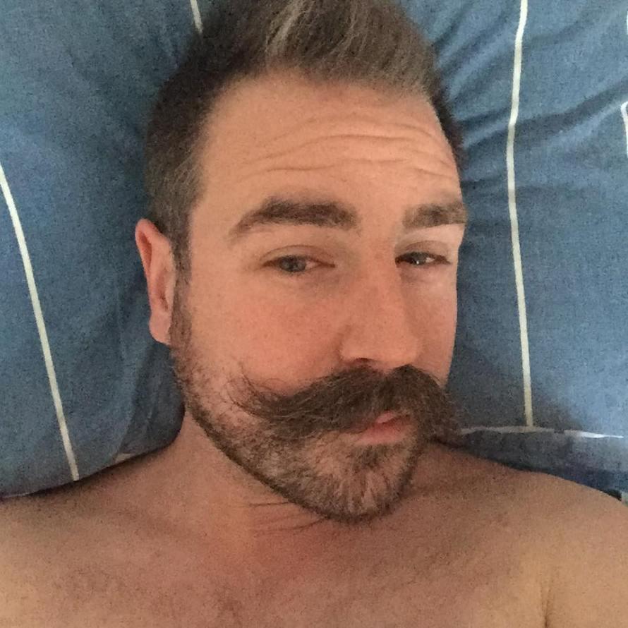 recension mustaschhållare